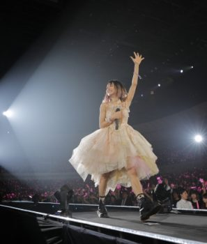 LiSA初のアリーナライブ「LiVE is Smile Always〜NEVER ENDiNG GLORY〜」!2日目「the Moon」を1/15WOWOWで独占放送!