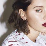 ジュード・ロウの娘、モデルのアイリス・ロウを起用、新作「バーバリー リキッド リップベルベット」のキャンペーンが公開!