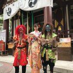 """稲毛神社""""節分祭""""でモデル大伴理奈が人生初の豆まき! 華やかな着物で赤鬼・青鬼と笑顔のスリーショットも"""