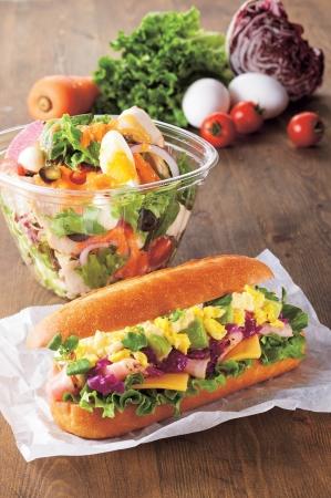 (手前)イースター・サンド~たまご&パストラミポーク~ (奥)イースター・サラダ~彩り野菜とチキン~