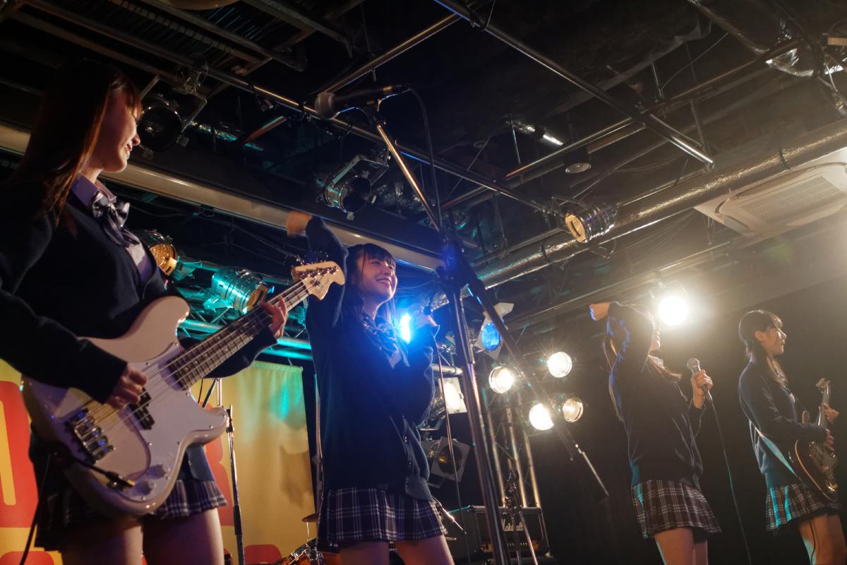 タワレコ渋谷でガールズバンド「たけやま3.5」がライブコマース目標達成記念イベント!生演奏で『LIVE ALIVE』を披露