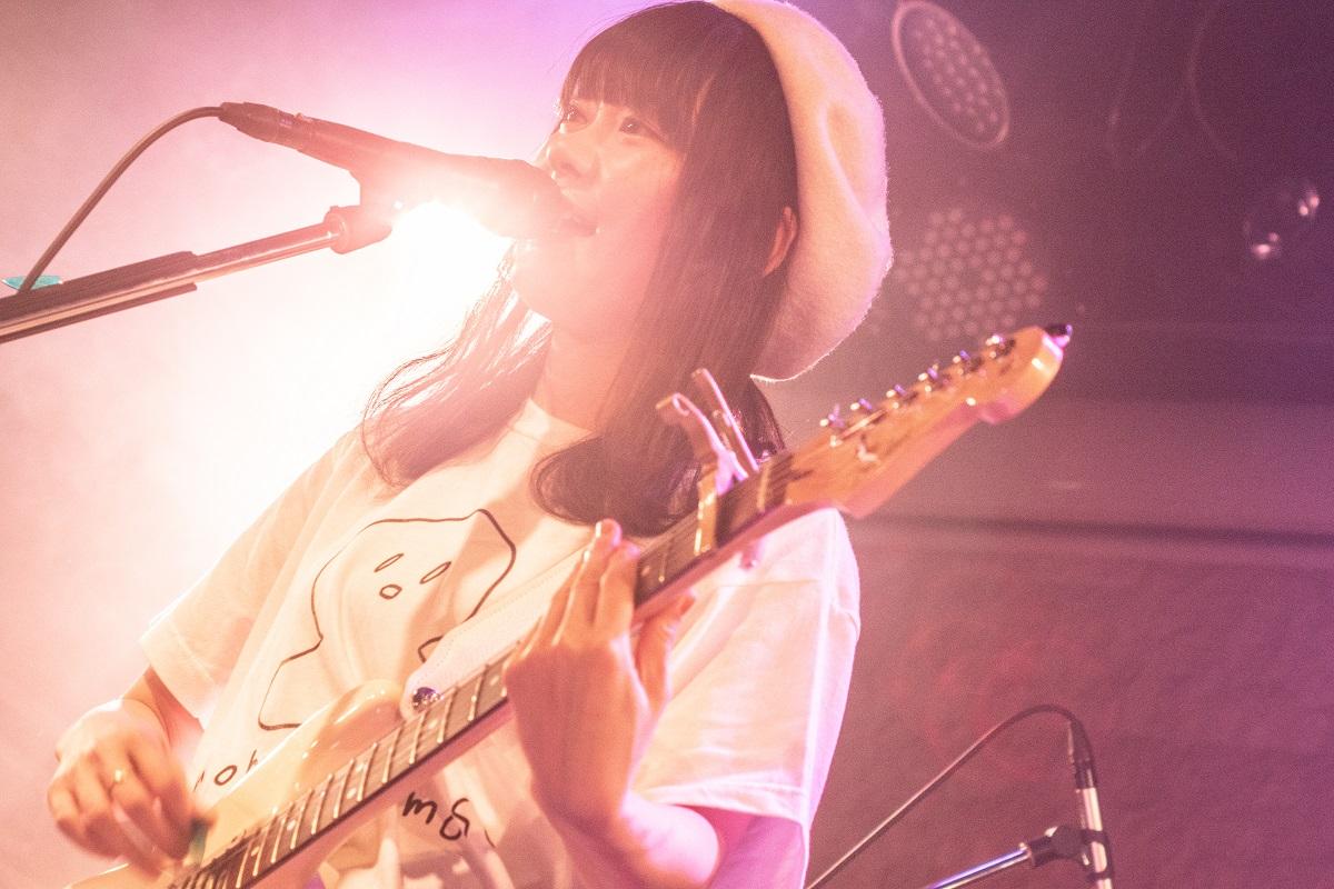 シンガーソングライターももすももすがデビューシングル発売記念ライブ!表題曲「木馬」など9曲を披露