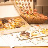 クリスピー・クリーム・ドーナツからお菓子トッピングのポップなドーナツが登場!相性抜群のバナナのドリンクも