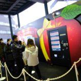 恵比寿駅に巨大なりんごの自販機が!?ストレート果汁100%の「青森りんご ふじ」がもらえるキャンペーン実施!