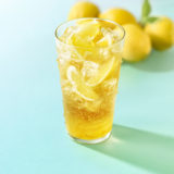 モスバーガーにてレモン丸ごと1個の炭酸ドリンク 「まるごと!レモンのジンジャーエール」が新発売!